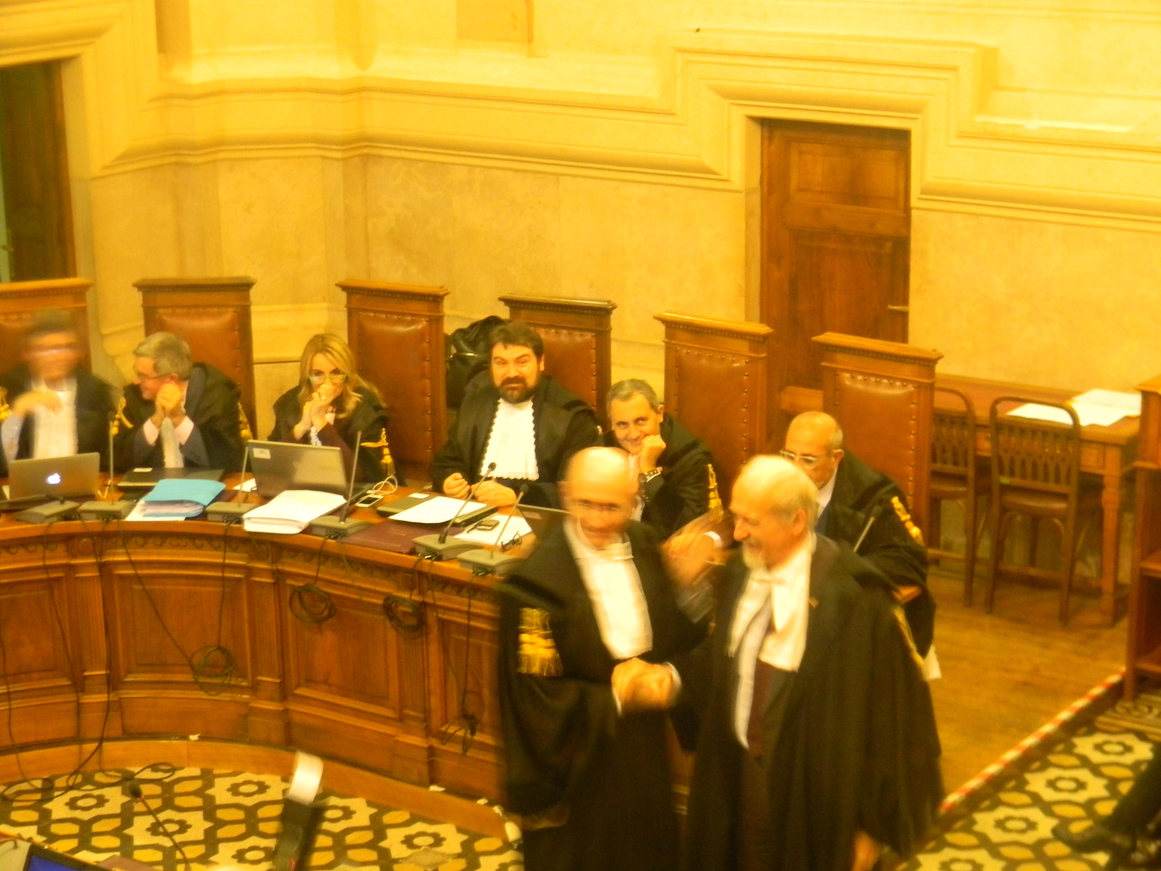 L'avv. Romolo Reboa mentre riceve la pergamena per i 30 anni di attività professionale dal Presidente del COA di Roma, avv. Mauro Vaglio