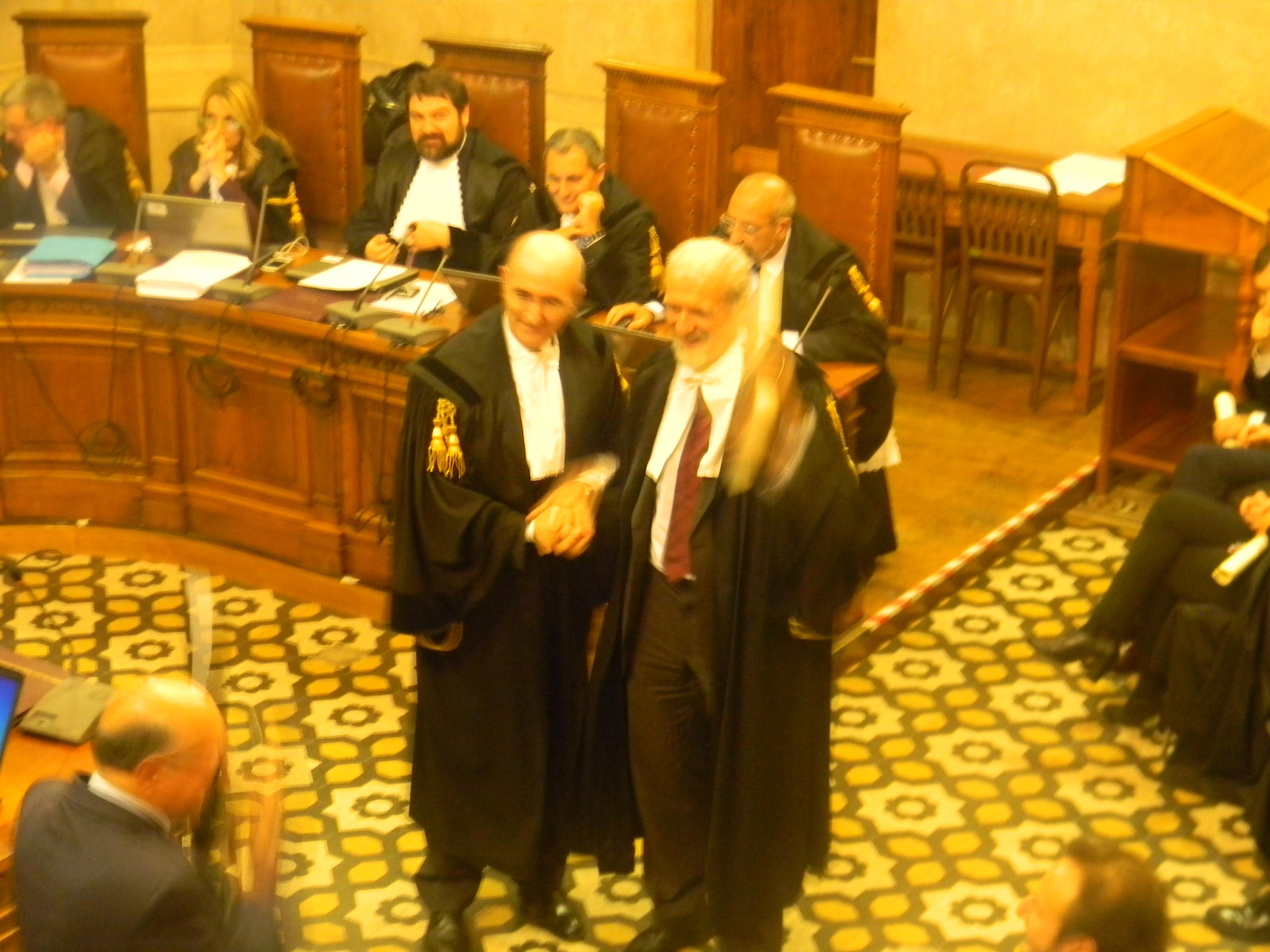 L'avv. Romolo Reboa con il Presidente del COA di Roma avv. Mauro Vaglio per la foto di rito alla consegna della pergamena per i 30 anni di attività