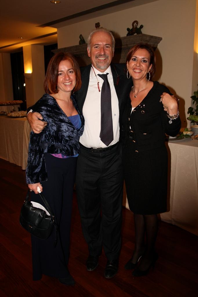 L'avv. Romolo Reboa con due candidate della lista